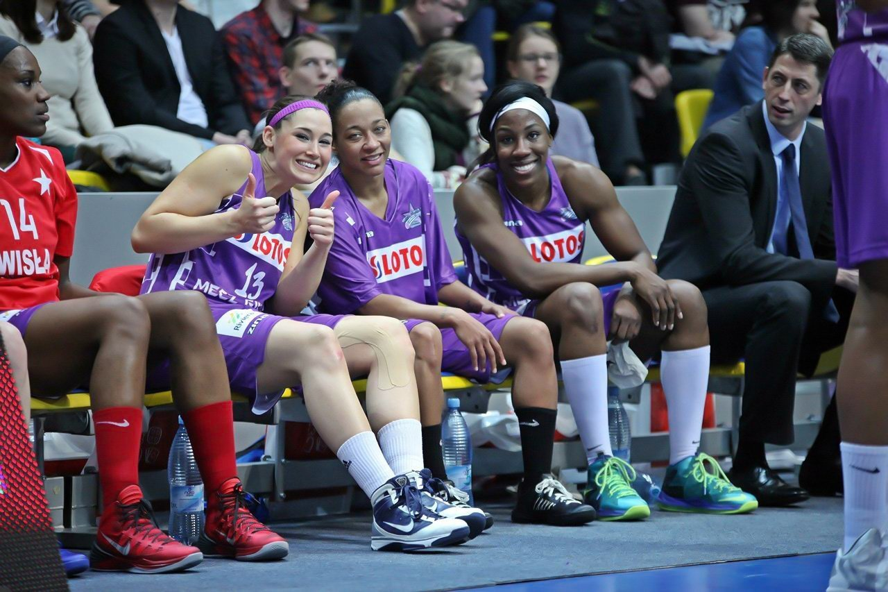Chinny Nwagbo on the bench with her teammates.