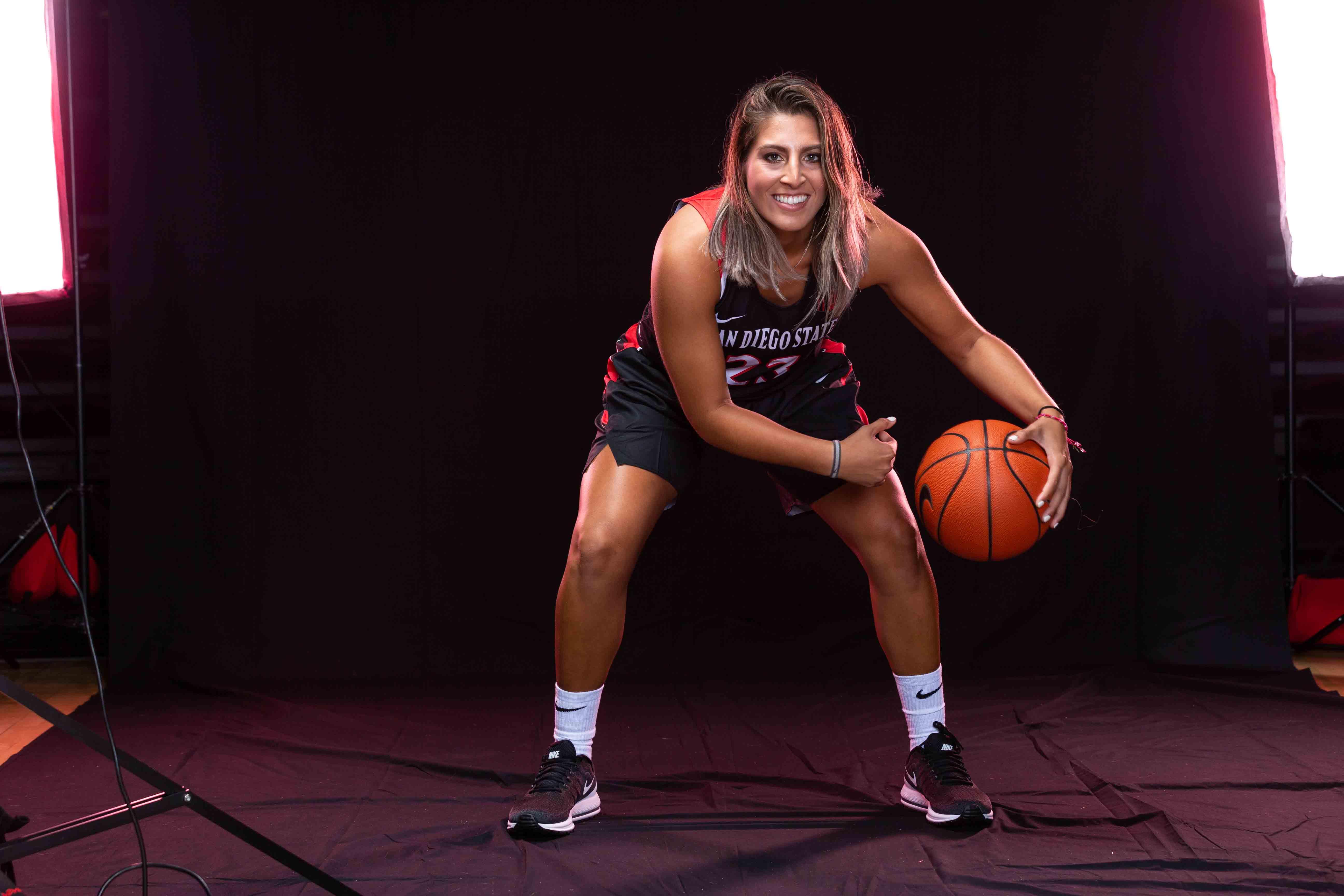 Lili Gomez dribbling a basketball.
